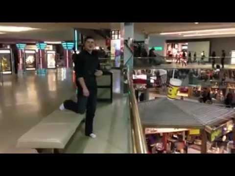 Saltando en un centro comercial