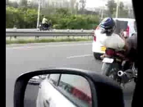 En moto y usando el celular