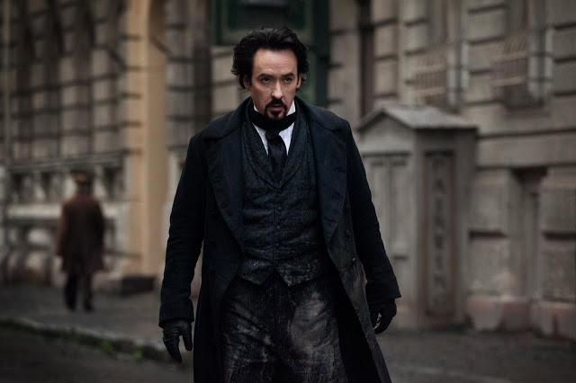 Primera imagen oficial de John Cusack como Edgar Allan Poe en The Raven (del director de V de Vendetta), posters de la serie Terra Nova (¿el Parque Jurásico de TV?) y nuevo trailer de Apollo 18 (¿la versión espacial de Paranormal Activity?)