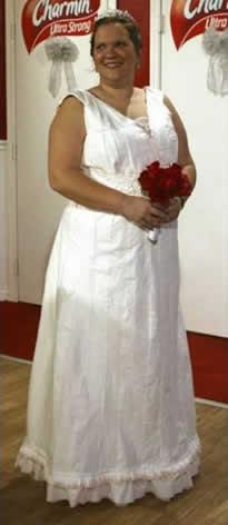 Cogiendo ideas; Novia con vestido de papel higienico.