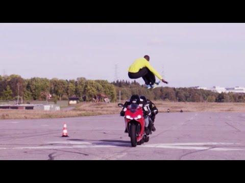 Saltando motos